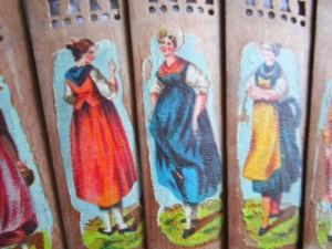 """Und die entsprechenden Trachten zu den drei Wappen, diese nicht gemalt allerdings, sondern als """"Abziehbildchen"""" (Transferdruck)."""